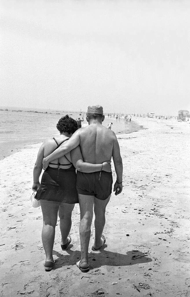 Arm and arm on the beach, 1950