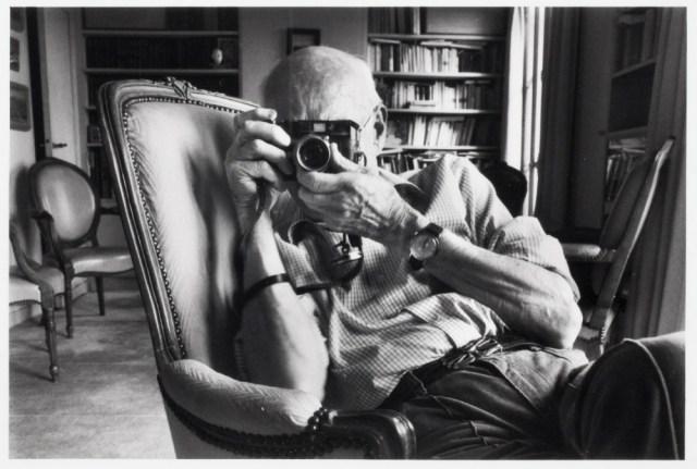 Henri Cartier-Bresson in his Paris apartment, 1987, © John Loengard