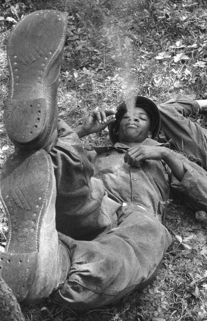 Cigarett Break,  Korea, 1953