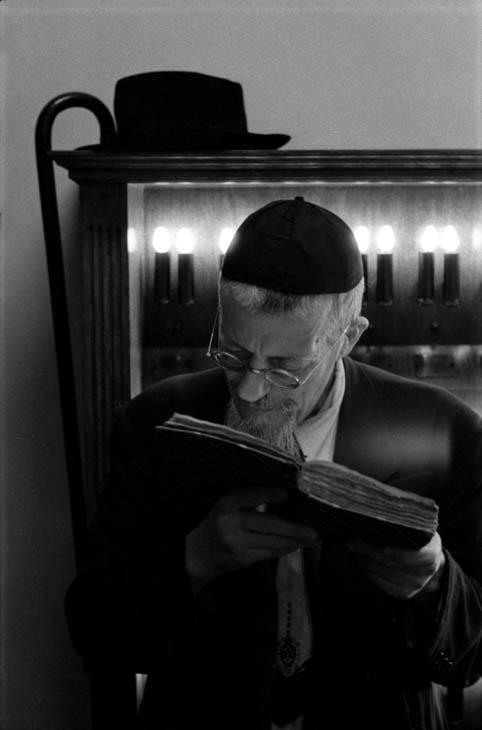 Man reading Torah, 1970